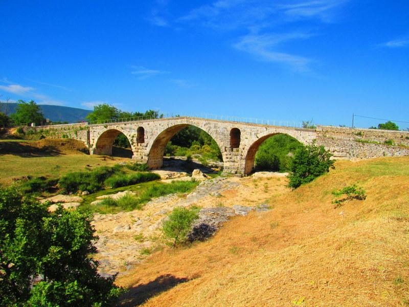 Ponte Giuliano, la più importante vestigia della Via Domizia, costruito attorno al 3 a.C.