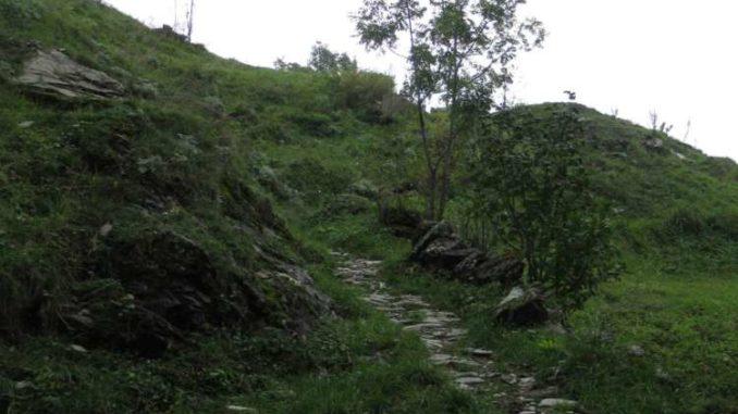 Sentiero con selciato oltre Chiotti