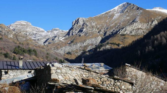 grange-Réfréie-in-lontananza-le-montagne-del-Marguareis