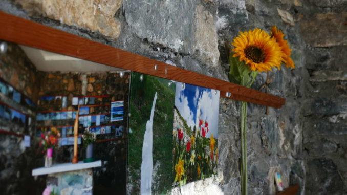 all'interno qualche fiore in onore della Madonna