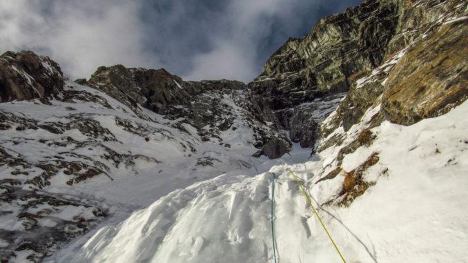 Ultimi ripidi pendii nevosi prima dell'attacco della goulotte, con piccolo saltino ghiacciato