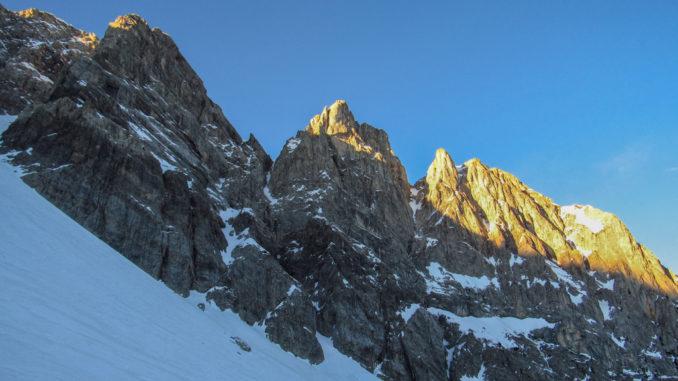 """Tra la cima Tino Prato (sinistra) e Armusso (a destra, già la prima al sole) si sviluppa la via alpinistica chiamata """"canale dei pancioni"""""""